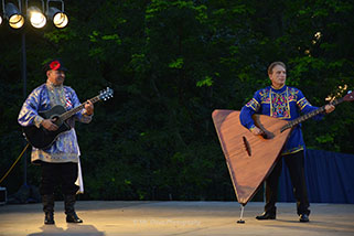 Barynya Song, Music & Dance Ensemble, Mikhail Smirnov (guitar), Leonid Bruk (balalaika-contrabass), Photos by Donna Davis, Ms. Davis Photography