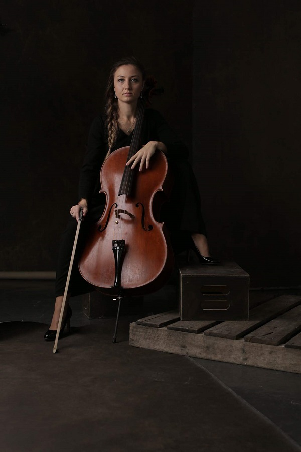 Cello player from New York City Alexandra, Виолончелистка Александра Моисеева из Нью-Йорка
